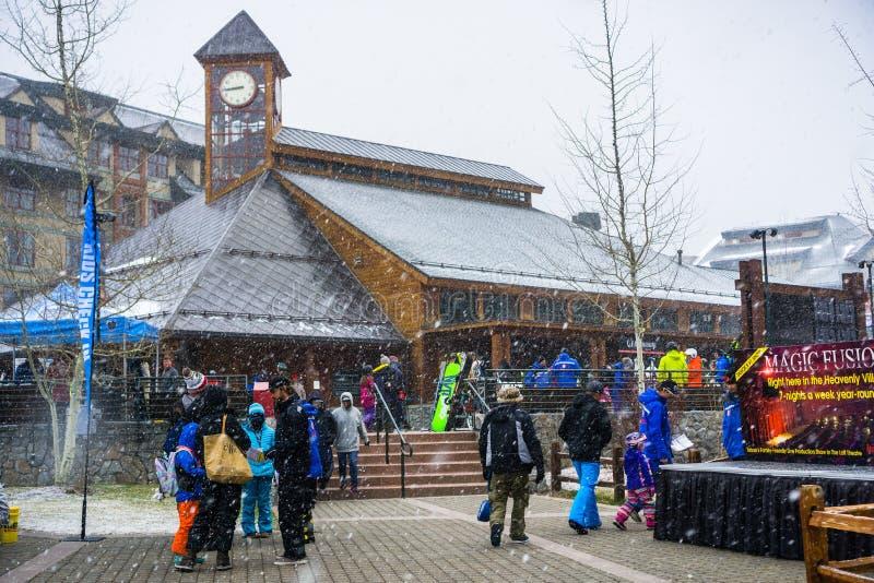 24 marzo 2018 il lago Tahoe del sud/CA/U.S.A. - gatheres della gente intorno al punto di partenza celeste di Ski Gondola su una m fotografia stock libera da diritti