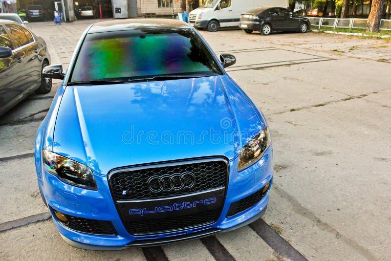 13 marzo 2014, l'Ucraina, Kharkov; Audi RS4 con gli elementi di carbonio Automobile sportiva blu immagini stock libere da diritti