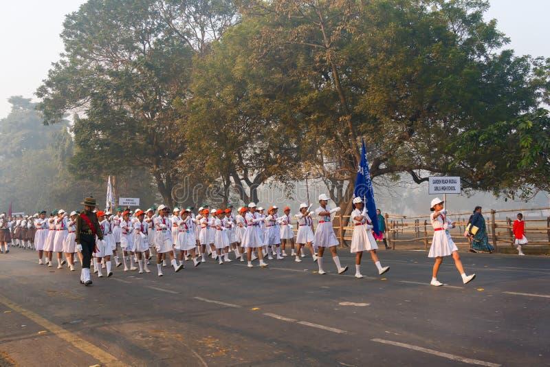 Marzo más allá de las colegialas del ` s de la India fotografía de archivo