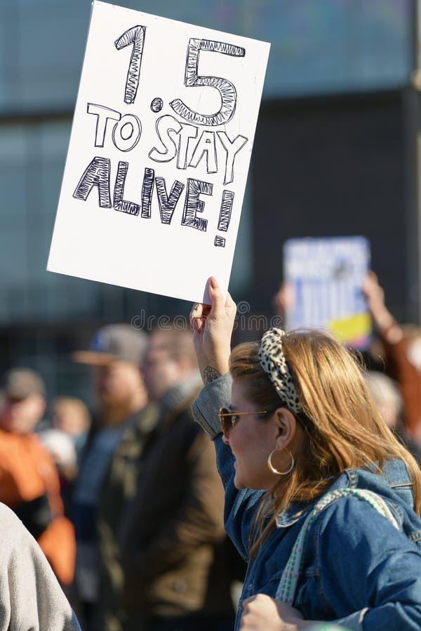 Marzo y demostraci?n contra el cambio clim?tico Ilmastomarssi en Helsinki, Finlandia foto de archivo
