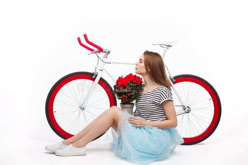 Marzyć dziewczyny z kwiatami i rowerem fotografia stock