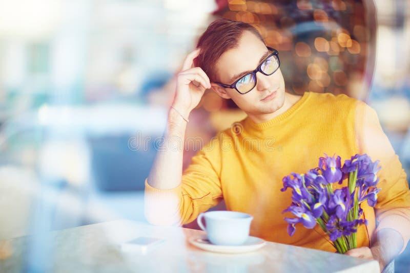 Marzyć mężczyzna czekanie Dla daty w kawiarni obraz royalty free