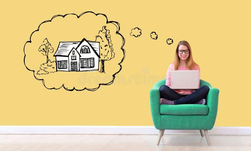 Marzyć nowy dom z kobietą używa laptop obraz stock