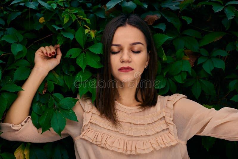Marzyć w zielonych liściach z zamkniętymi oczami fotografia stock
