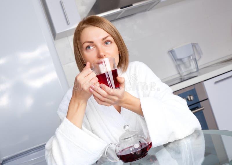 marzycielska target80_0_ herbaciana kobieta zdjęcia stock