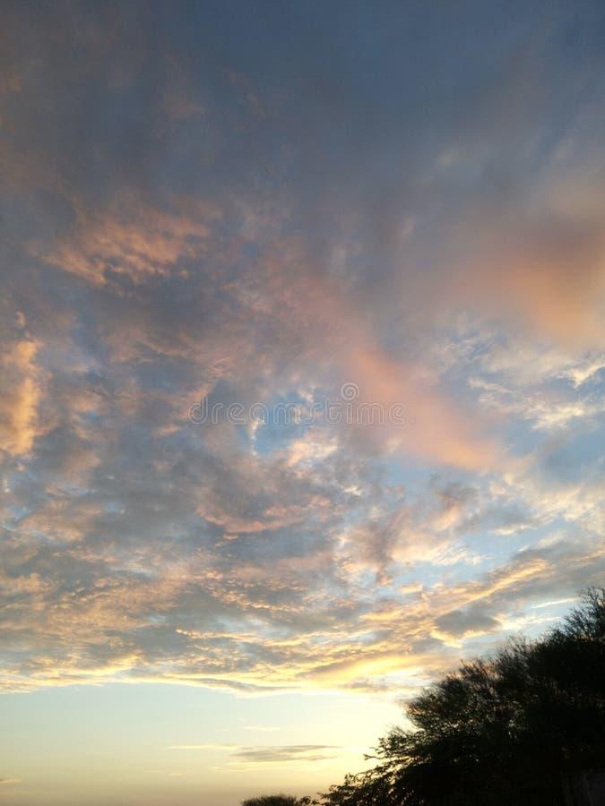 MARZYCIELSKI niebo PO deszczu zdjęcie royalty free