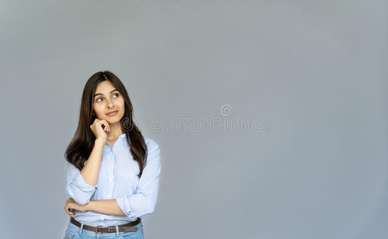 Marzycielski rozważny indyjski biznesowej kobiety uczeń patrzeje kopii przestrzeń zdjęcia stock