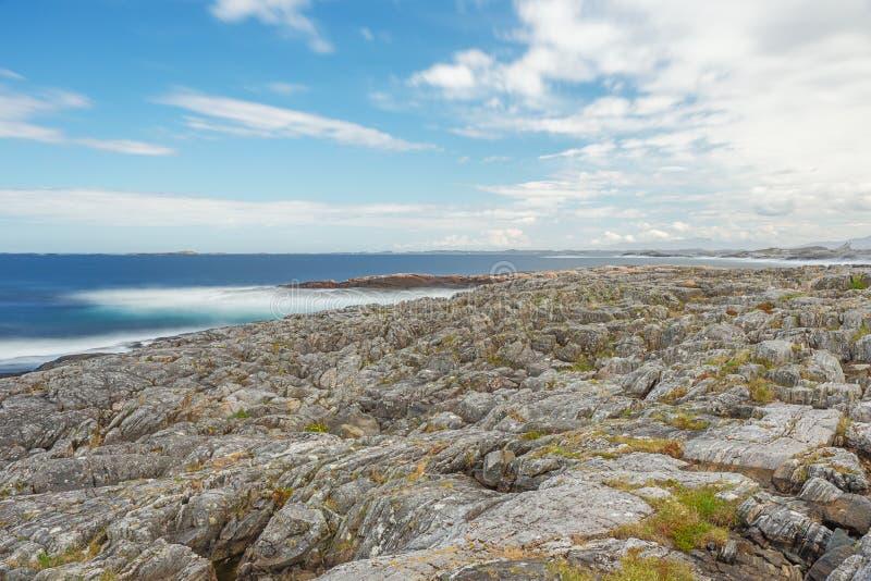 Marzycielski widok głazy na plaży fotografia stock
