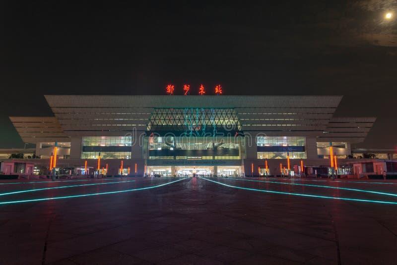 Marzycielski Zhengzhou wschodu staci kwadrat i Zhengzhou wschód stacjonujemy noc widok fotografia stock