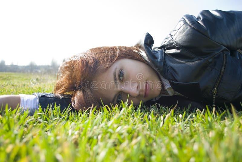 marzycielskiego świeżego dziewczyny spojrzenia łgarska wiosna obraz stock