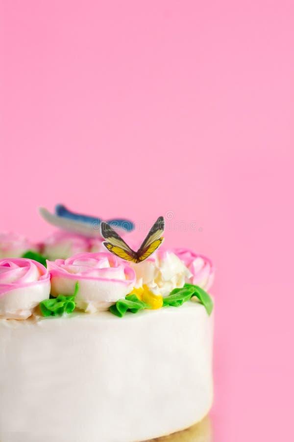 Masło śmietanka Różowe róże dekorował oo stawu waniliowego tort na różowym tle z kopii przestrzenią słuzyć w przyjęciu urodzinowy zdjęcie stock