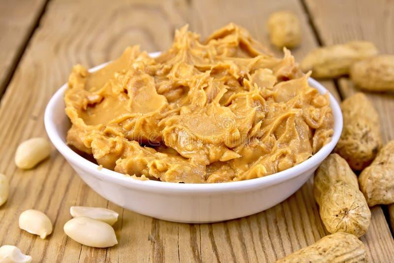 Masło arachid w pucharze na pokładzie obrazy royalty free