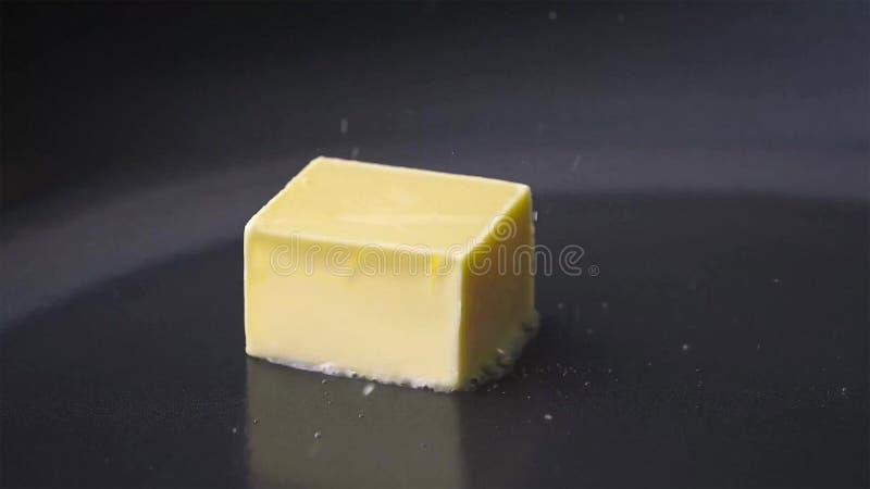 Masło który topi w smaży niecce zdjęcia royalty free