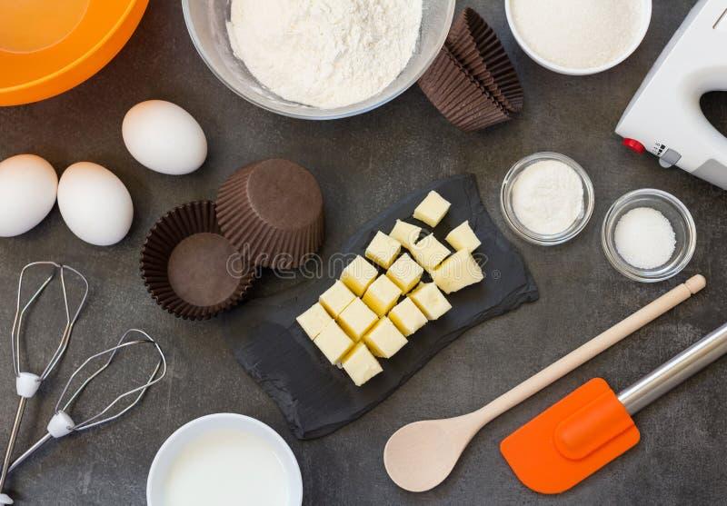 Masło, mąka i jajka dla, ciastka, melanżeru i ostrza dla przygotowania ciasto, na pracy powierzchni zdjęcie stock