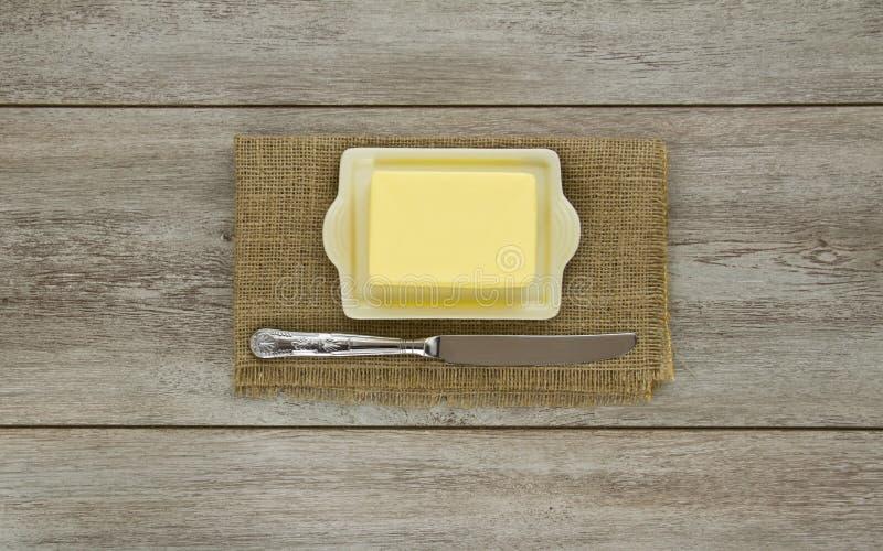 Masło na naczyniu z nożem fotografia royalty free