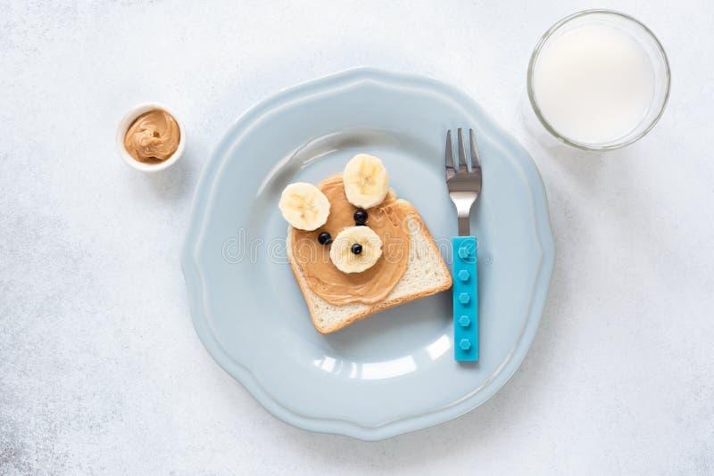 Masło orzechowe i bananowa grzanka kształtujący jako niedźwiedź, śniadanie lub lunch dla dzieciaków, obrazy stock
