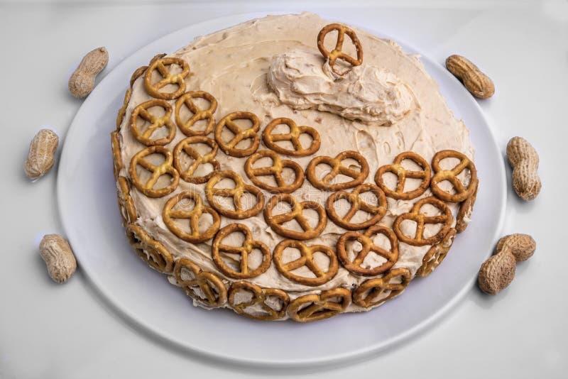 Masło orzechowe i czekoladowy tort z preclami obrazy stock