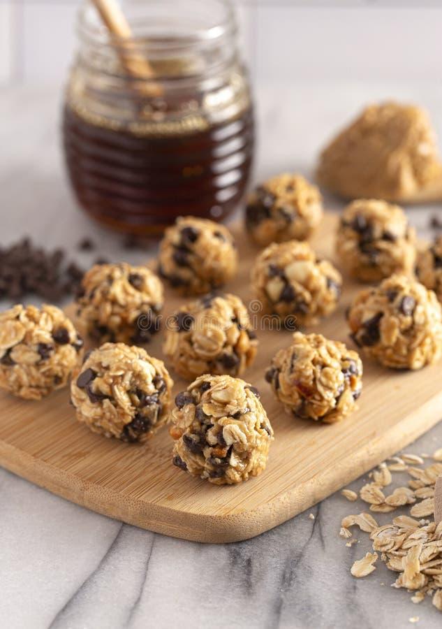 Masło orzechowe i owsiane kulki energetyczne z czekoladowymi chipsami słodzone miodami zdjęcia stock
