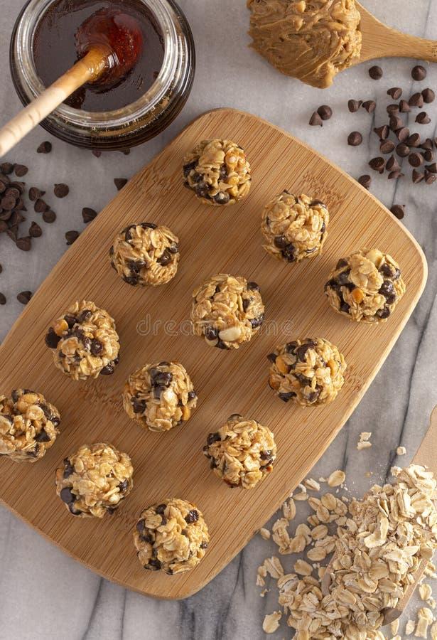Masło orzechowe i owsiane kulki energetyczne z czekoladowymi chipsami słodzone miodami zdjęcie stock