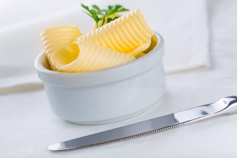 Masło w talerzu na stole obrazy royalty free