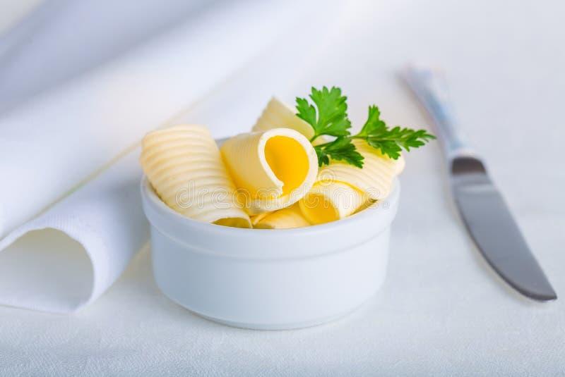 Masło w talerzu na stole obraz stock