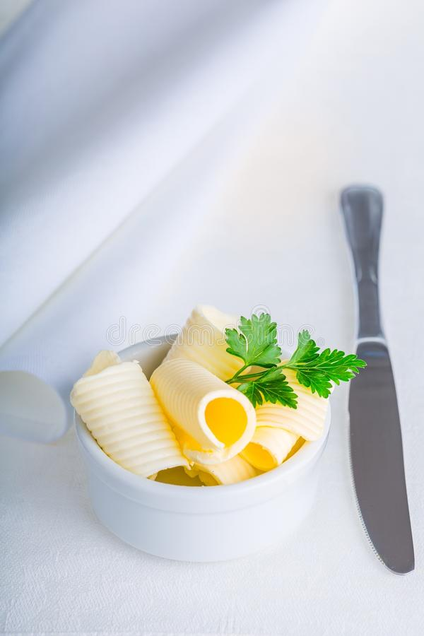 Masło w talerzu na stole obraz royalty free