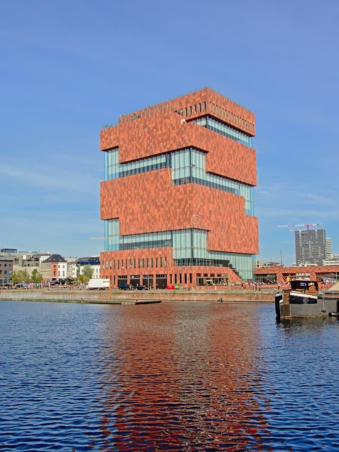 MAS博物馆的现代建筑学,refleecting在船坞中安特卫普的水 库存图片