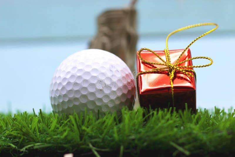 Mas del ` de la pelota de golf el feliz X y la Feliz Año Nuevo firman en hierba verde fotografía de archivo libre de regalías