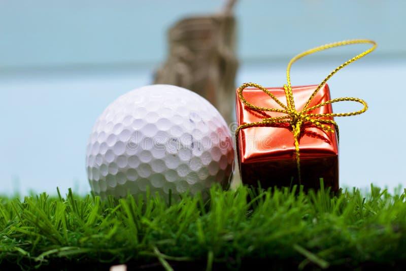 Mas del ` de la pelota de golf el feliz X y la Feliz Año Nuevo firman en hierba verde fotografía de archivo