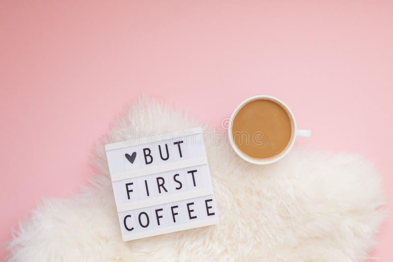 Mas primeiro texto do café no lightbox com copo de café foto de stock royalty free