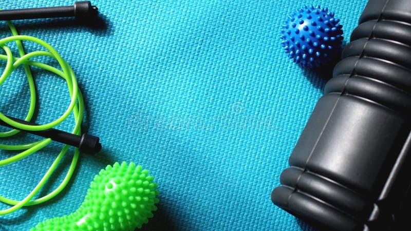Masażu balowy rolownik dla jaźń masażu, refleksologii i myofascial uwolnienia na błękicie, zdjęcie royalty free