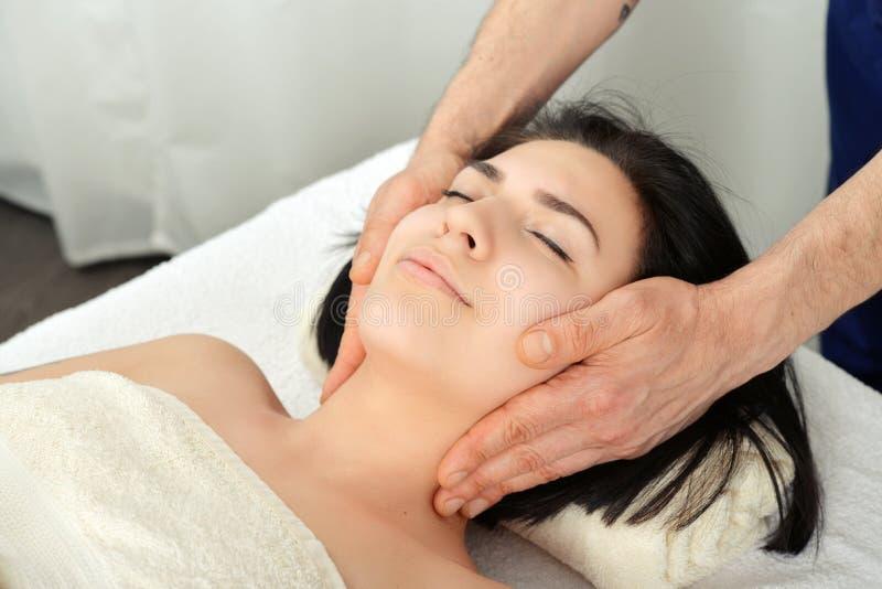 masaż głowy obrazy royalty free