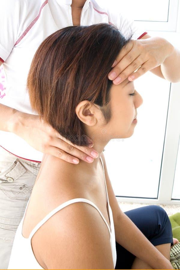 masaż głowy fmale otrzymywania zdjęcia royalty free
