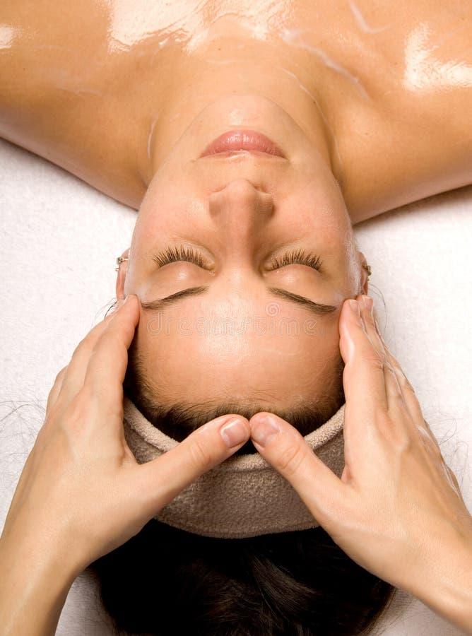 masaż głowy ramienia