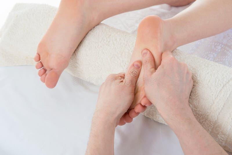 Masaż kobiety stopa wewnątrz w fizjoterapii klinice fotografia royalty free
