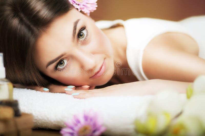 masaż Piękna kobieta przy zdrojem gentle spojrzenie kwiaty włosy Pojęcie zdrowie i piękno Być może Zdroju salon zdjęcie royalty free