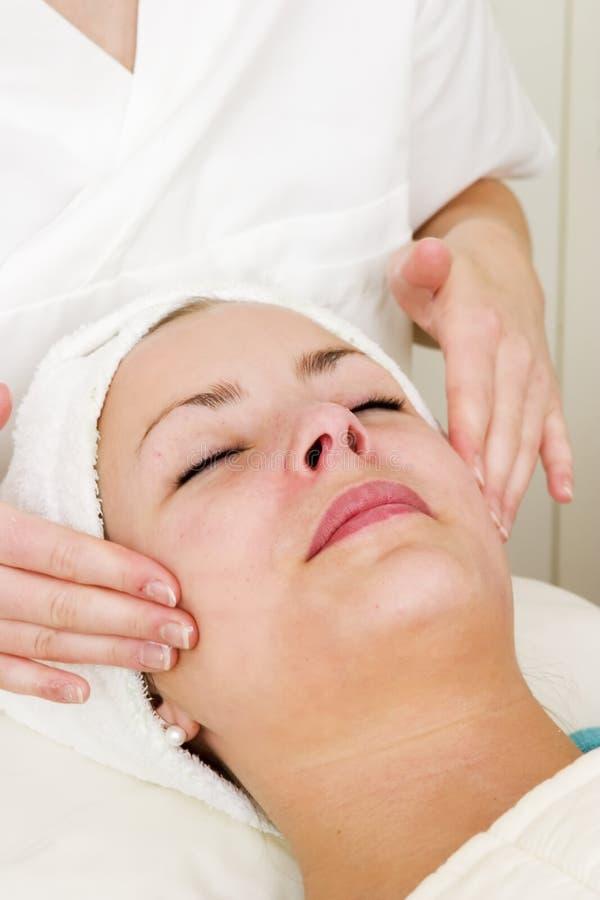 masaż twarzy zdjęcie royalty free