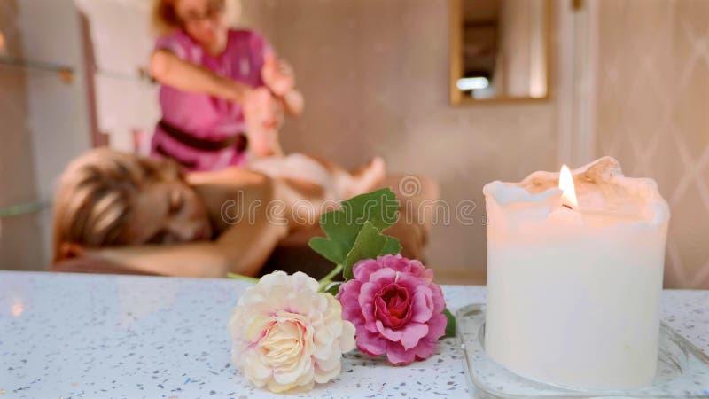 Masażu pojęcie Piękna młoda kobieta reciving relaksującego masaż przy zdroju salonem zdjęcie royalty free