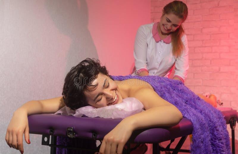 Masażu terapeuta robi nogi ono uśmiecha się i masażowi Skóry opieka, wellness, styl życia pojęcie zdjęcie royalty free