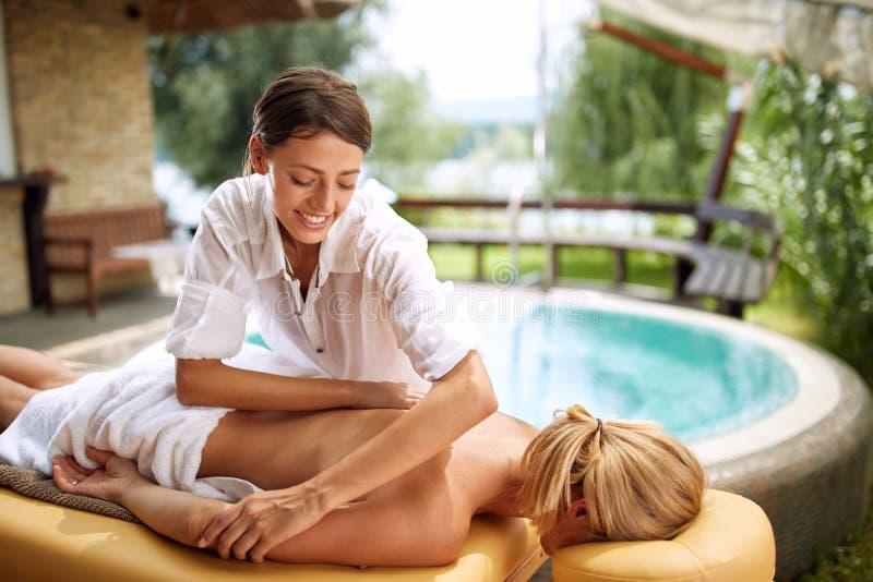 Masażu terapeuta robi tylnemu masażowi na plenerowym zdjęcia royalty free