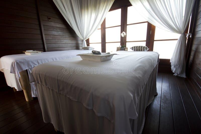 Masaży łóżka w luksusowej willi obraz stock