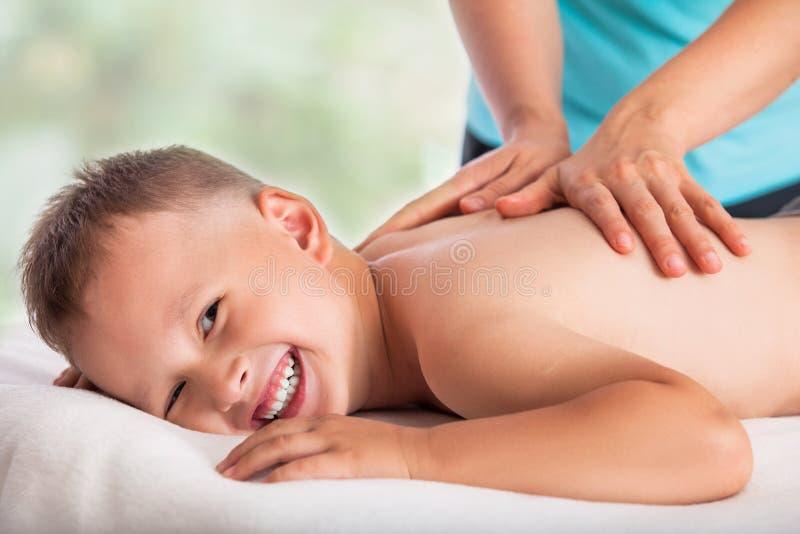Masażysta robi masaż chłopiec, masaż chłopiec miłość, zdjęcia stock