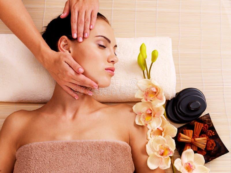 Masażysta robi masażowi głowa kobieta w zdroju salonie fotografia royalty free