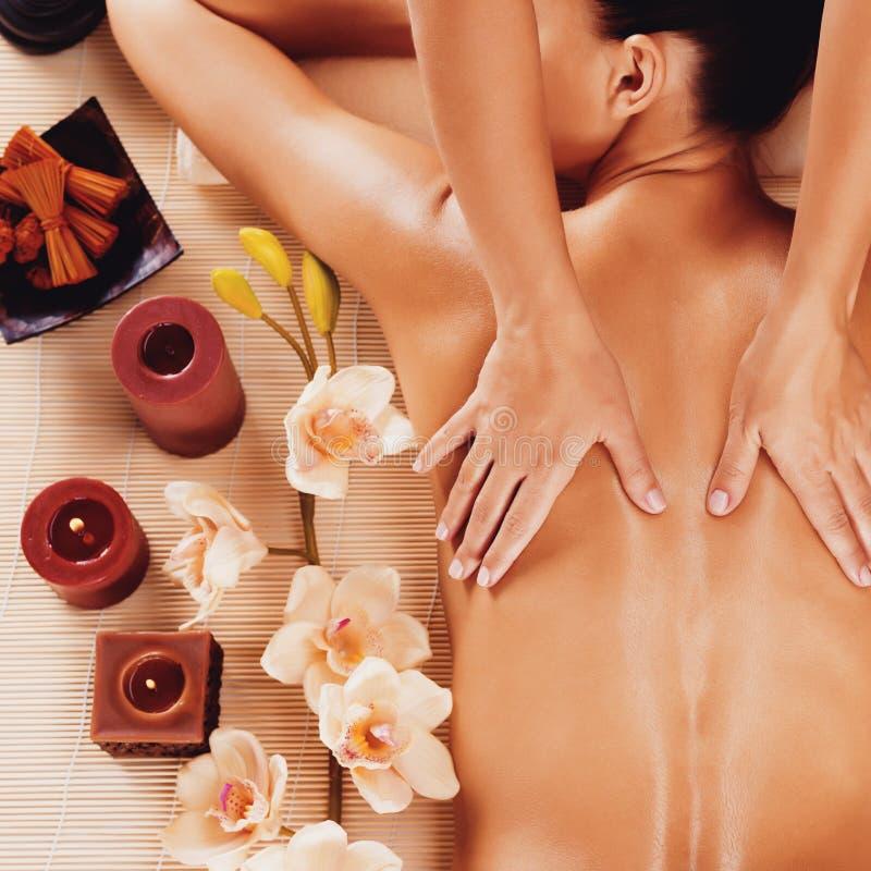 Masażysta robi masażowi na kobieta plecy w zdroju salonie obraz stock