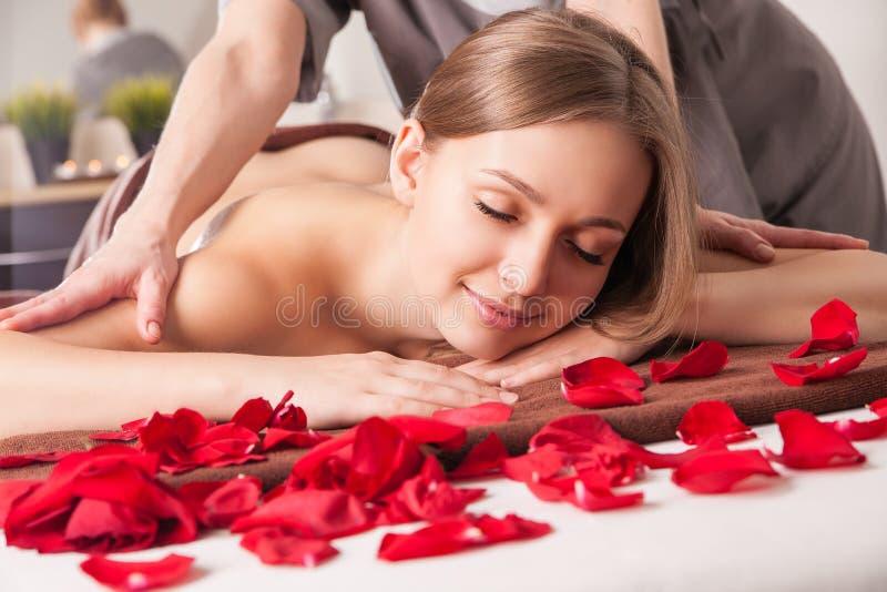 Masażysta robi masażowi na kobiety ciele zdjęcia royalty free