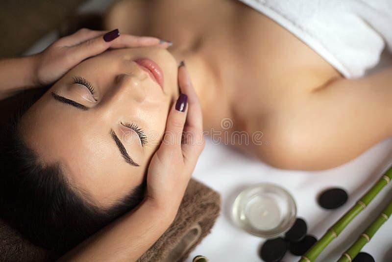 Masażysta robi masażowi na kobiety ciele w zdroju salonie Piękna traktowania pojęcie zdjęcie royalty free