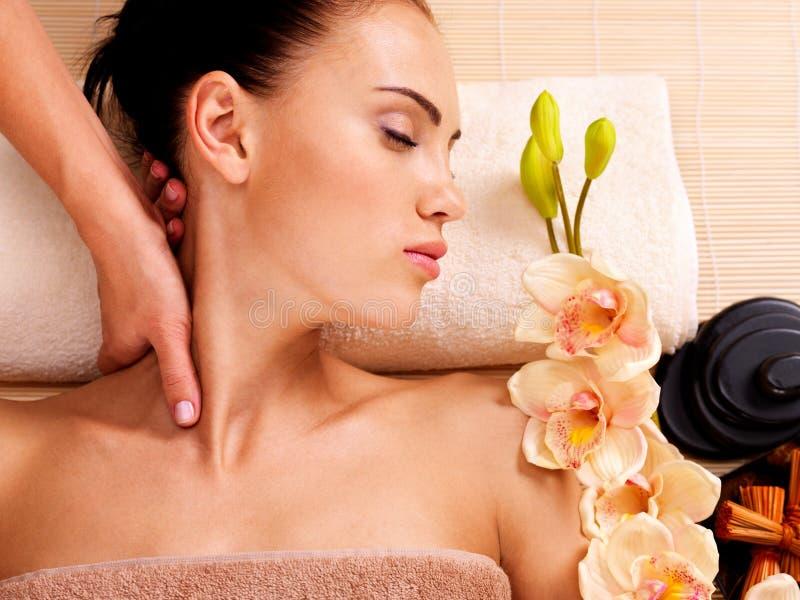 Masażysta robi masażowi szyja kobieta w zdroju salonie obraz royalty free
