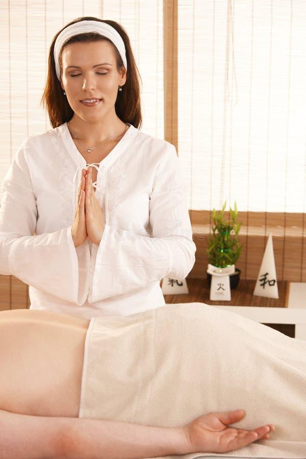 masażysta target222_0_ nad pacjentem zdjęcie stock
