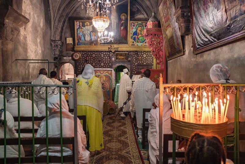 Masa cristiana dentro de la capilla etíope en la iglesia de Santo Sepulcro en Jerusalén imagenes de archivo