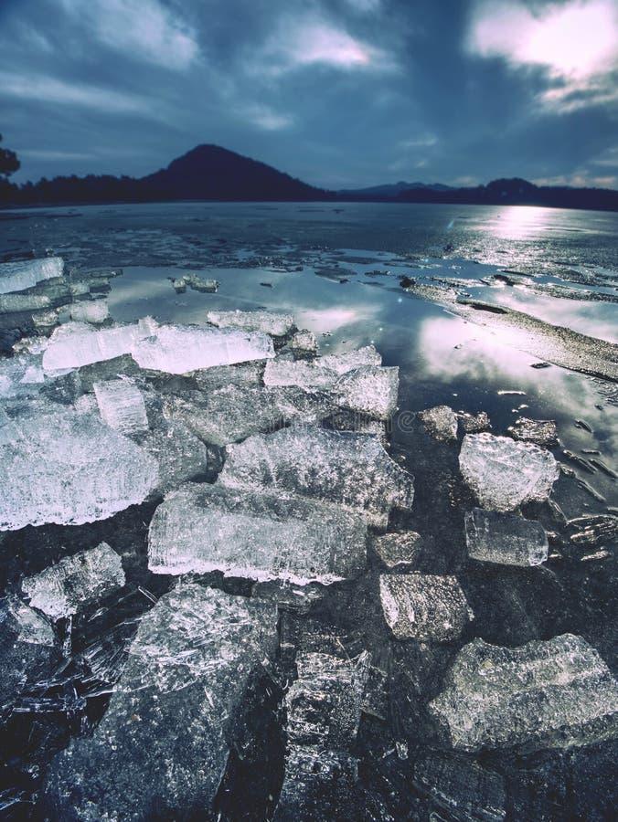 Masa de hielo flotante de Frost de la turquesa, primer del lago congelado winter Detalle helado brillante Modelos de Frost foto de archivo libre de regalías